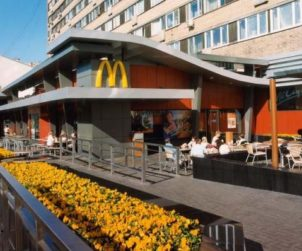 McDonald's and Pyaterochka set up the first in-store fast food restaurant (RU)
